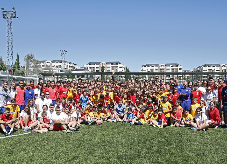 Temporada 14-15. Mario Mandzukic posando con los niños del campus en Majadahonda. Foto: A. G.