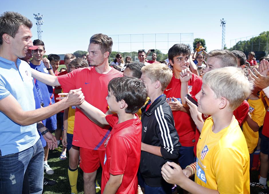 Temporada 14-15. Mario Mandzukic saludando a los niños del campus en Majadahonda. Foto: A. G.
