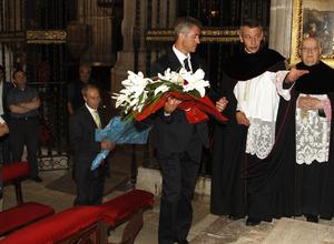 Miguel Ángel Gil Marín, con la ofrenda floral que realizó el club en la Catedral de El Burgo de Osma