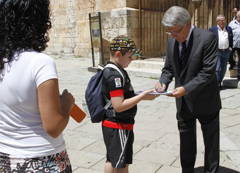 Enrique Cerezo firma un autógrafo a un joven aficionado rojiblanco de El Burgo de Osma