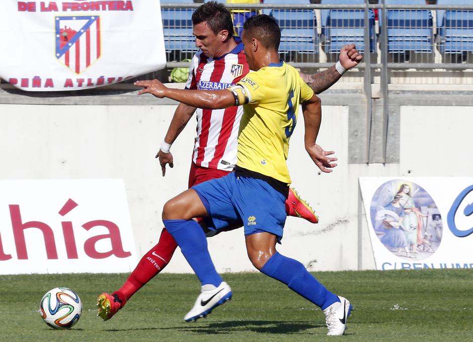 Pretemporada 2014-15. Trofeo Ramón de Carranza. Cádiz - Atlético de Madrid. Mandzukic intentando sacar el centro ante un rival.