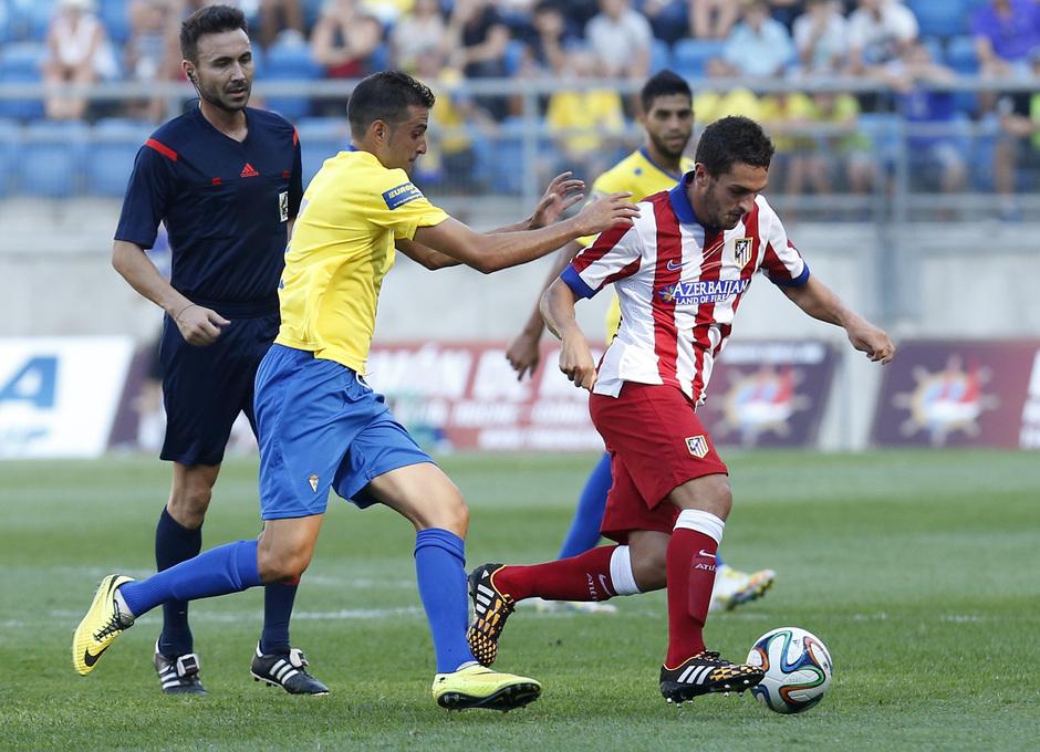 Pretemporada 2014-15. Trofeo Ramón de Carranza. Cádiz - Atlético de Madrid. .La presión del Cádiz, siempre muy intensa.