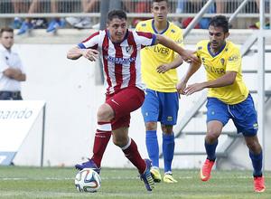 Pretemporada 2014-15. Cádiz - Atlético de Madrid. Trofeo Ramón de Carranza. Cristian Rodríguez buscando un compañero con la mirada.