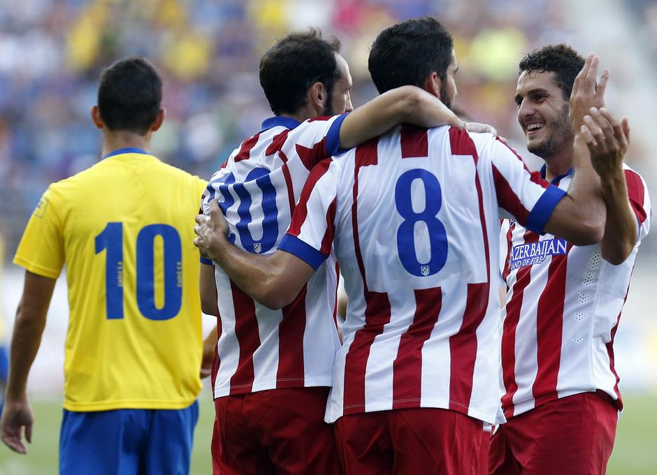 Pretemporada 2014-15. Cádiz - Atlético de Madrid. Trofeo Ramón de Carranza. Koke acercándose a la piña. Fotos: Ángel Gutiérrez