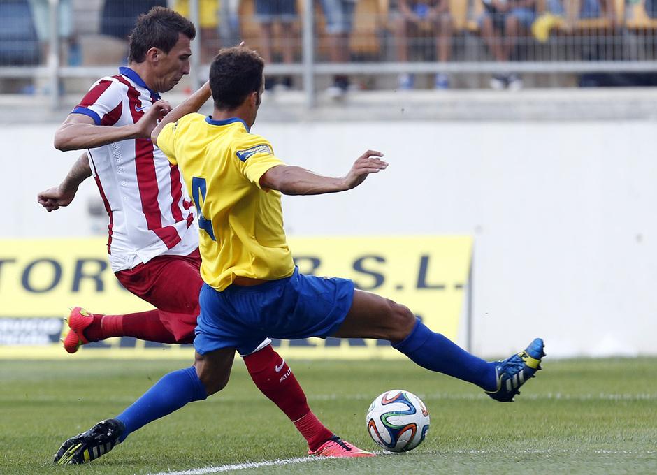 Pretemporada 2014-15. Trofeo Ramón de Carranza. Cádiz - Atlético de Madrid. Mandzukic intentando disparar a portería.