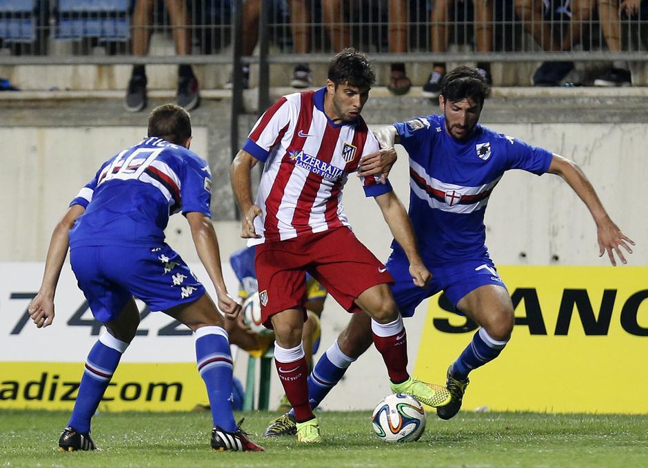 Pretemporada 2014-15. Atlético de Madrid - Sampdoria. Trofeo Ramón de Carranza. Insúa conduciendo entre dos rivales.