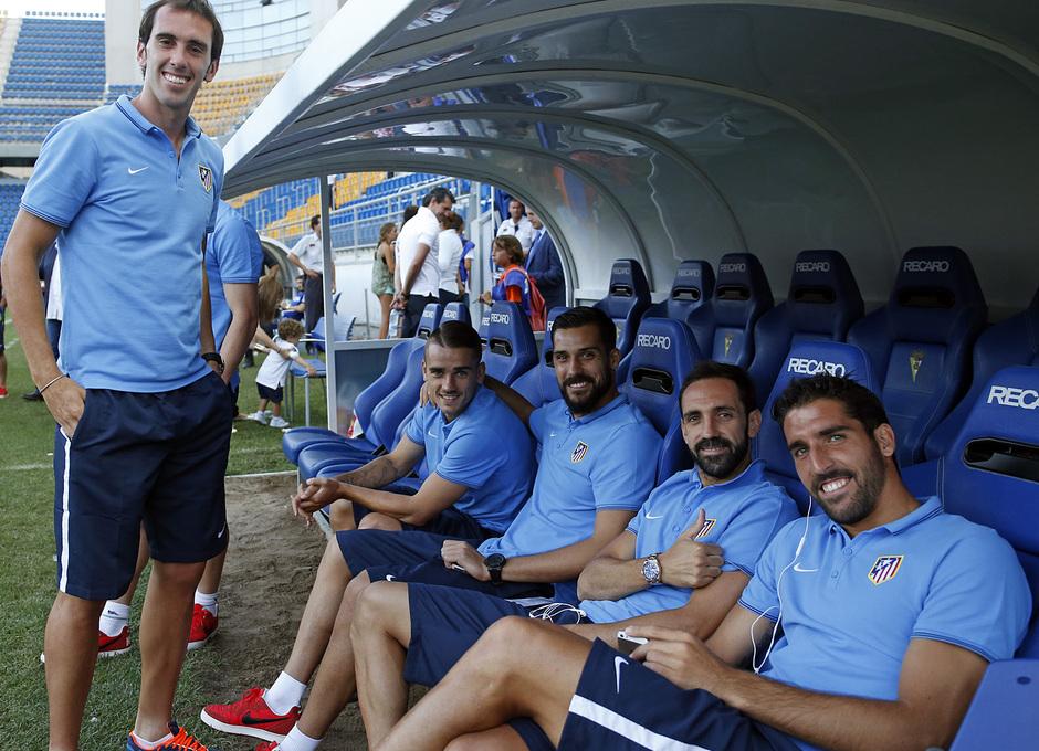 Pretemporada 2014-15. Atlético de Madrid - Sampdoria. Trofeo Ramón de Carranza. Buen rollo en el banquillo previo al partido.