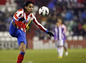 Temporada 2012-13. Falcao controla el balón en un lance del encuentro ante el Real Valladolid en Zorrilla