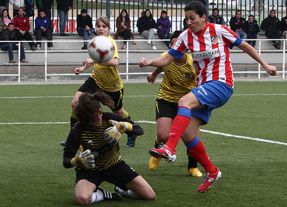 Temporada 2012-2013. Ocasión de Marta Carro en boca de gol