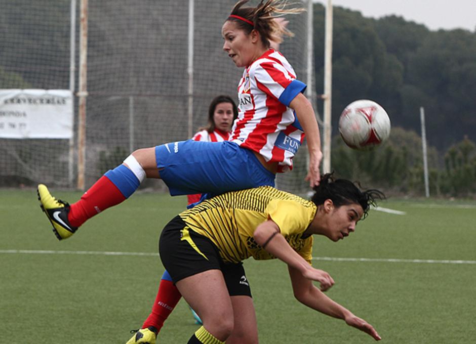 Temporada 2012-2013. Claudia en una acción del partido ante el Lagunak