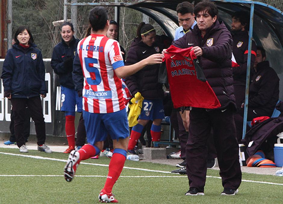Temporada 2012-2013. Marta Carro muestra la camiseta de apoyo a Marieta