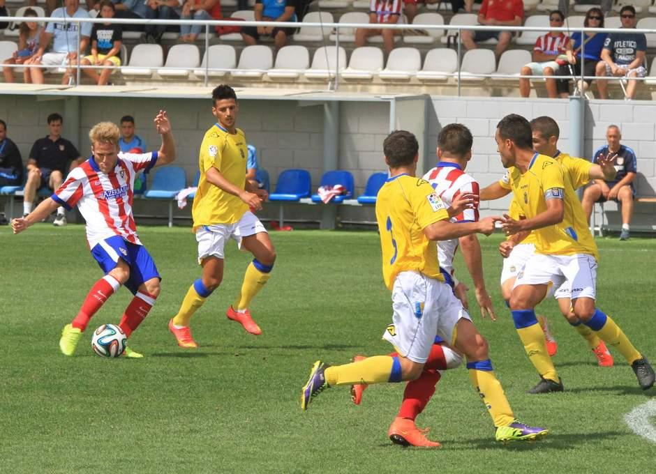Samu dispara desde la frontal ante una nube de jugadores del Las Palmas Atlético