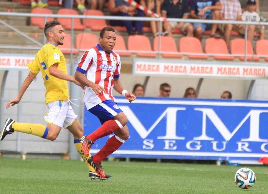 Pier centra el esférico ante la oposición de un jugador de Las Palmas Atlético