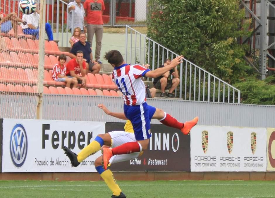 Aquino cabecea el balón en una de las ocasiones rojiblancas ante Las Palmas Atlético