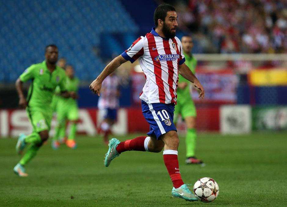 Temporada 14-15. Atlético-Juventus. Arda conduce el esférico.