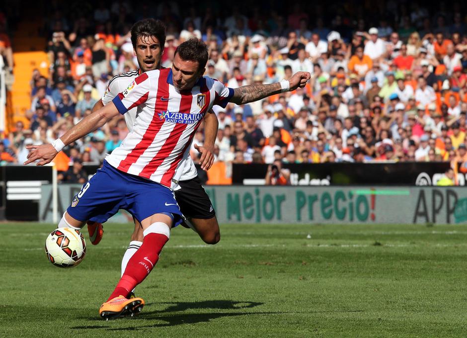 Temporada 14-15. Jornada 7. Valencia-Atlético de Madrid. Mandzukic remata a portería.