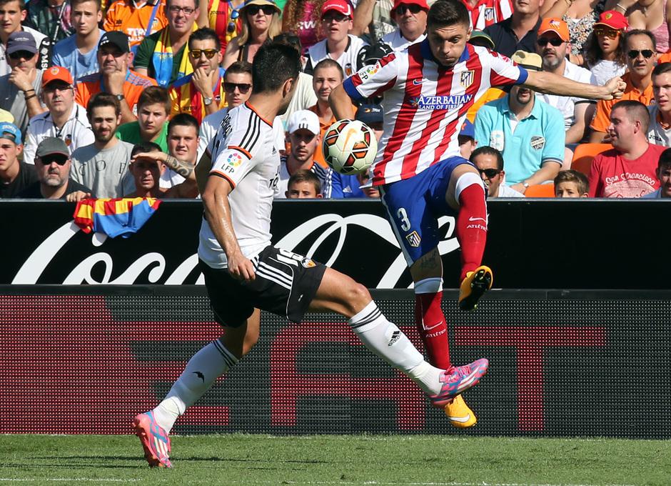 Temporada 14-15. Jornada 7. Valencia-Atlético de Madrid. Siqueira busca un centro lateral.