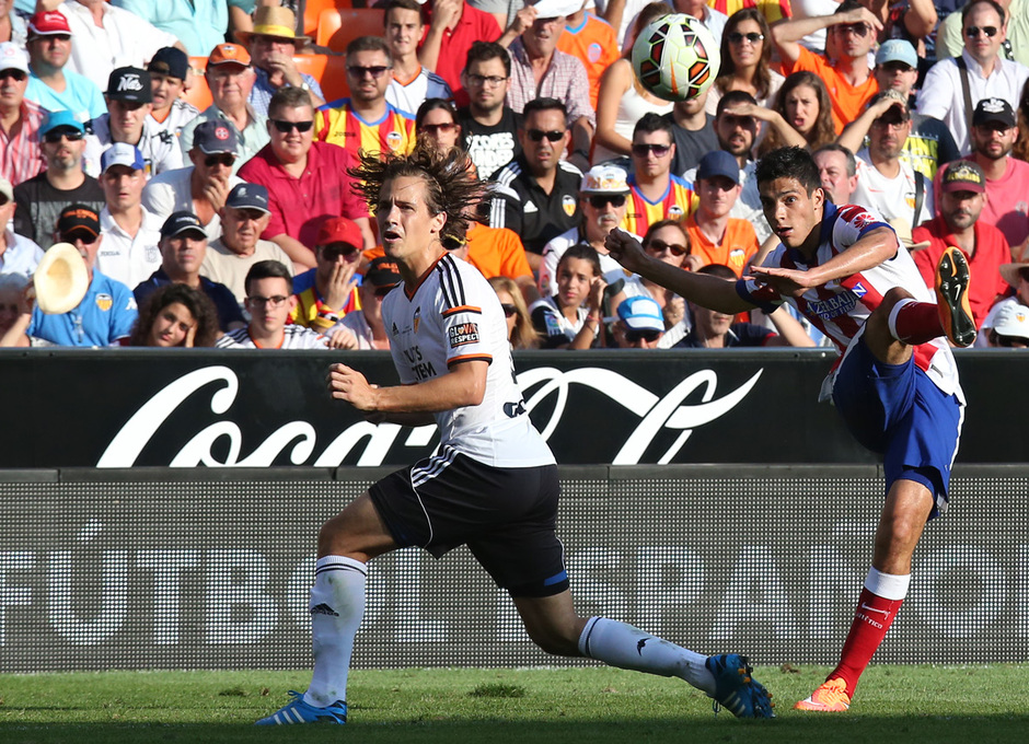 Temporada 14-15. Jornada 7. Valencia-Atlético de Madrid. Raúl Jiménez realiza un disparo lejano.