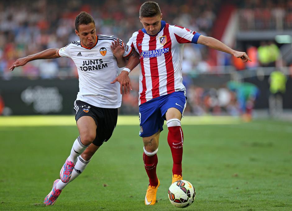 Temporada 14-15. Jornada 7. Valencia-Atlético de Madrid. Siqueira se va de Rodrigo por velocidad.