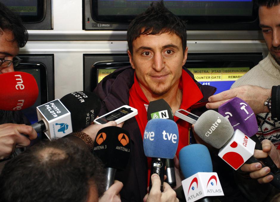 UEFA Europa League 2012-13. Cristian Cebolla Rodríguez atiende a los medios antes de partir a Moscú en Barajas