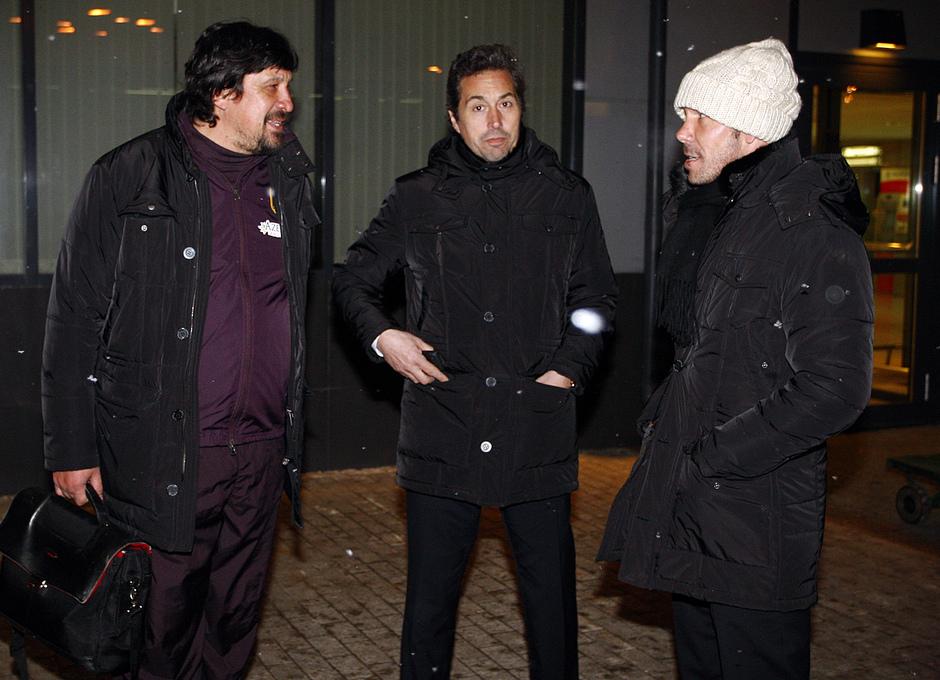 UEFA Europa League 2012-13. Burgos, Vercellone y Simeone charlan a la llegada a Moscú