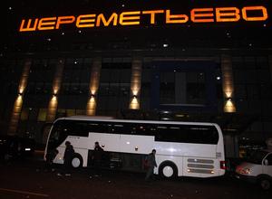 UEFA Europa League 2012-13. Los jugadores suben al autobús en el aeropuerto de Moscú
