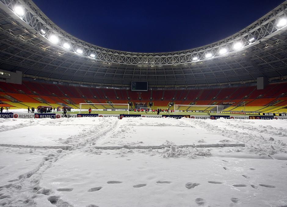 La nieve se amontona en el borde exterior del césped artificial del estadio Luzhniki.