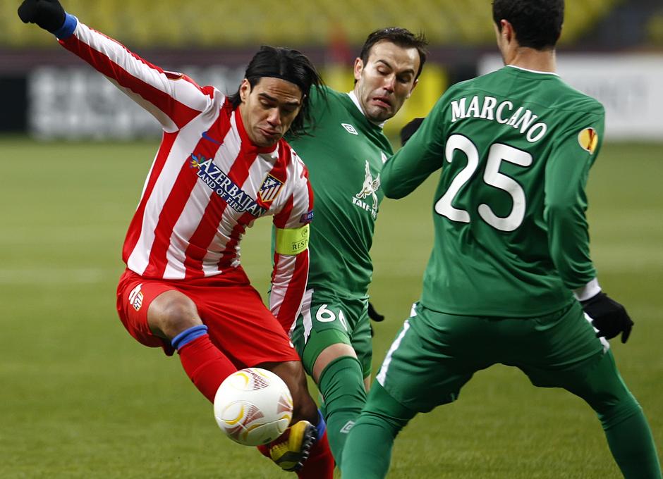Falcao intenta controlar el balón ante la presencia de los defensores del Rubin Kazan.