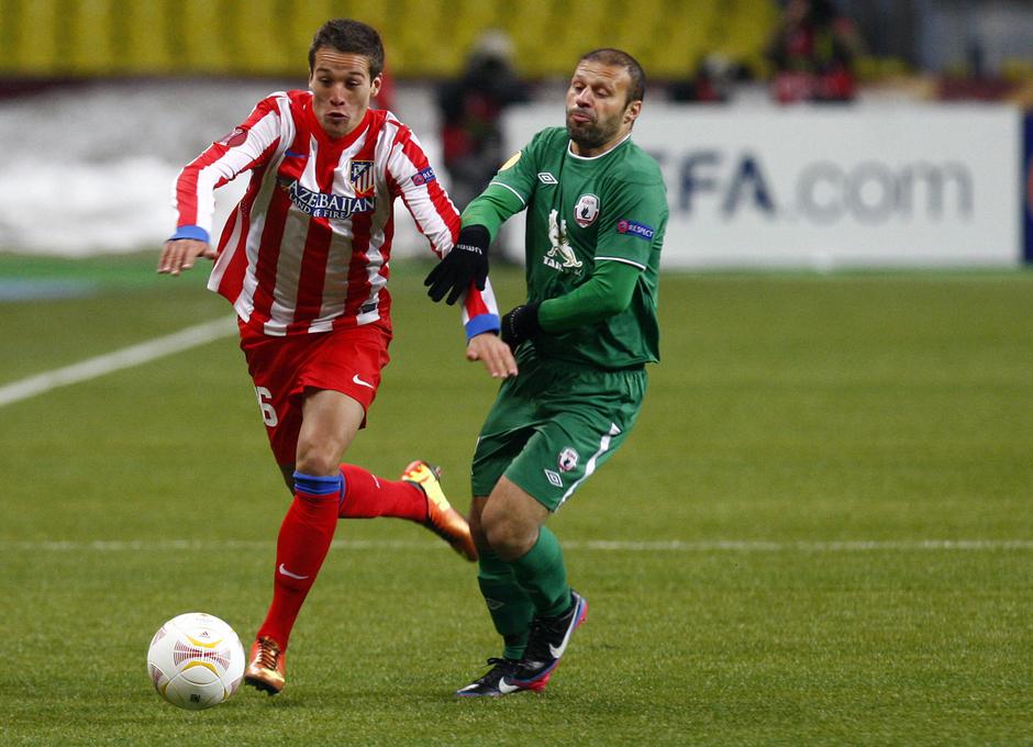 Saúl deja atrás a un jugador del equipo ruso.