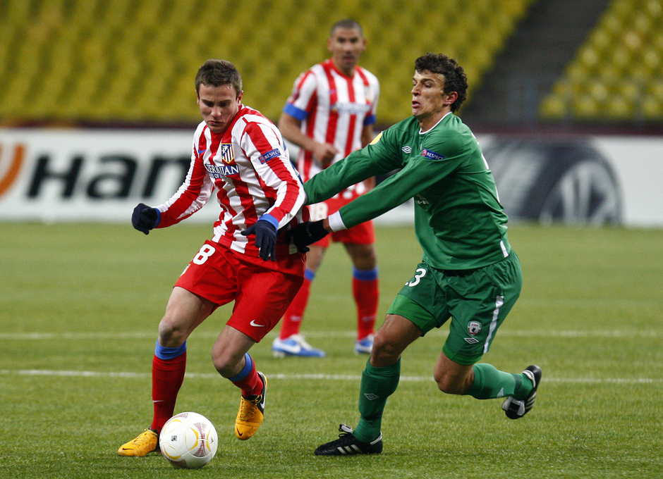 Saúl regatea a un jugador del Rubin Kazan.