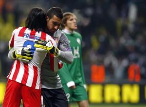 Falcao y Asenjo se abrazan al finzalizar el partido en Moscú.