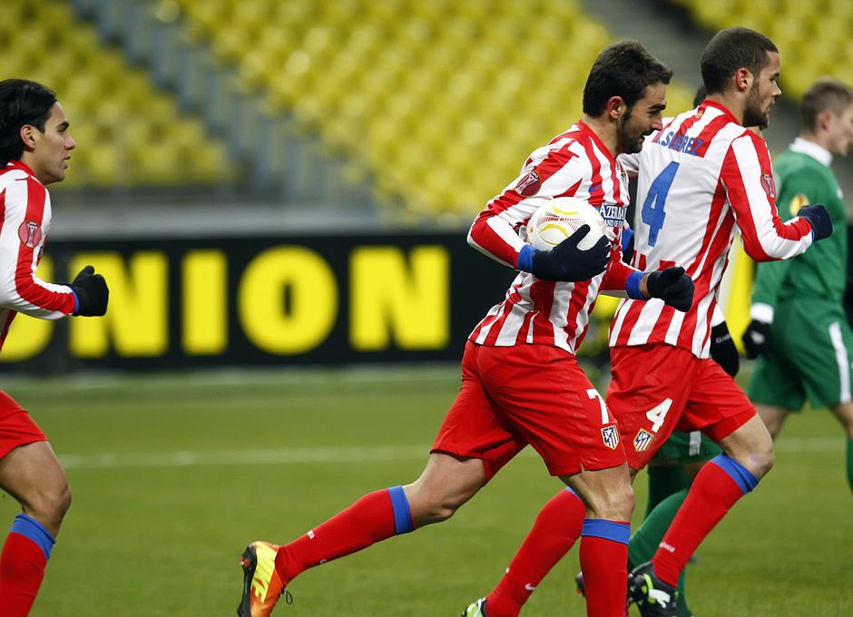 Adrián se lleva el balón al centro del campo tras el gol de Falcao.