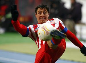 Cristian Rodríguez intenta controlar el balón con la derecha.
