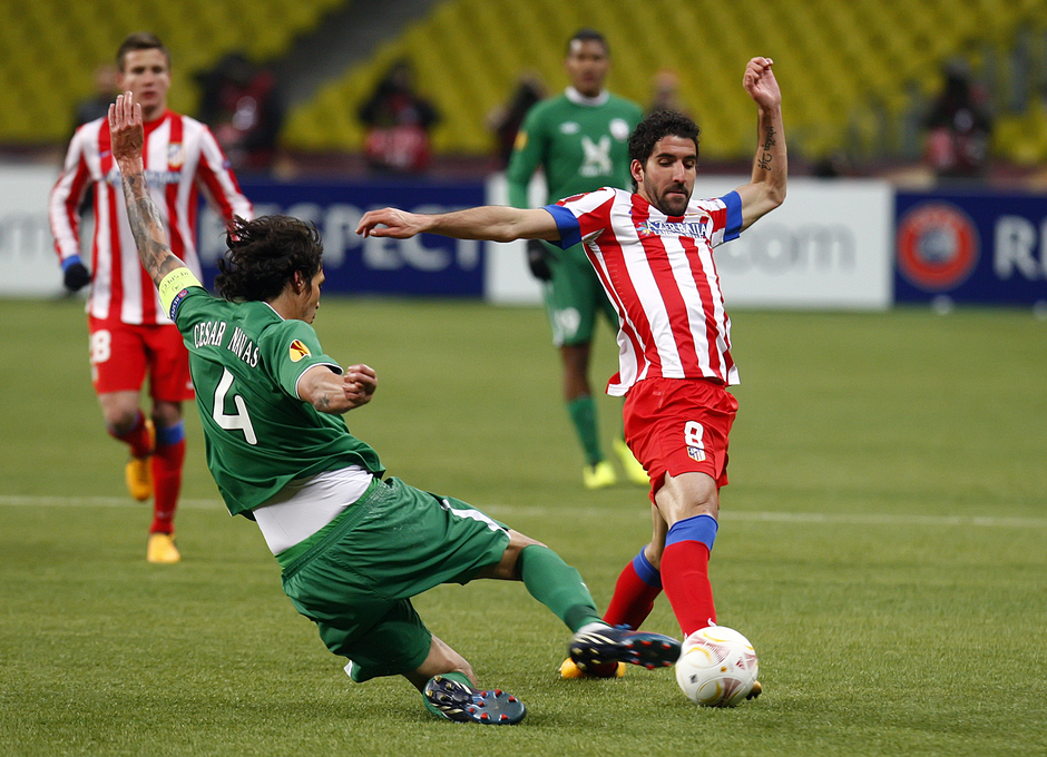 Raúl García se tira al suela en la pugna por un balón.