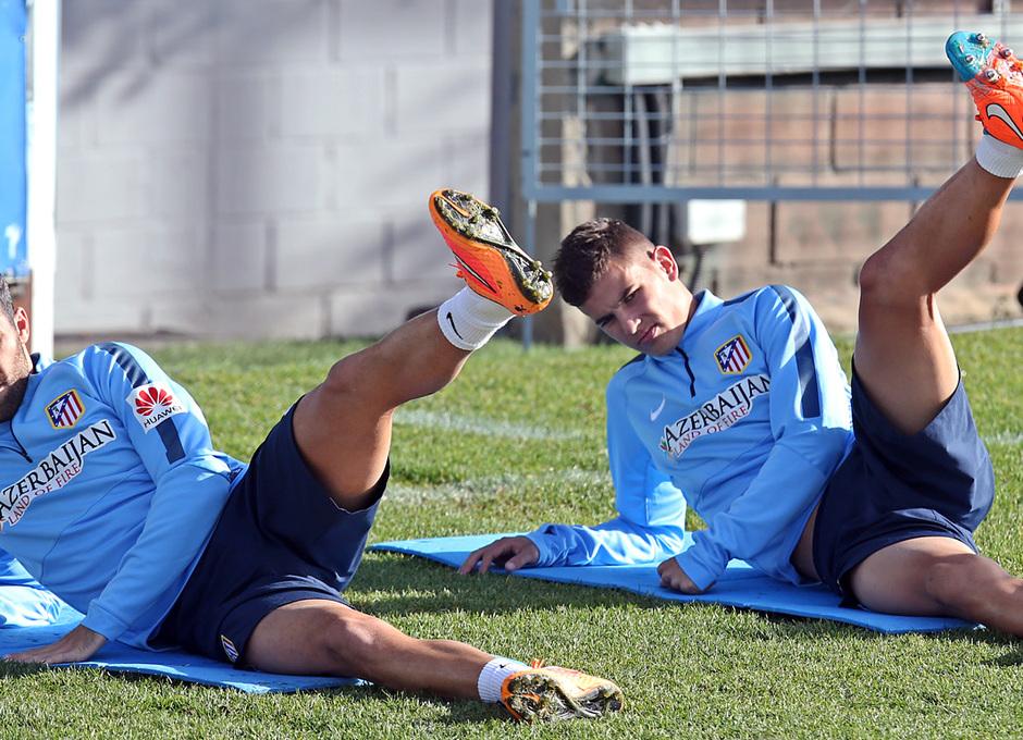 temporada 14/15. Entrenamiento en la ciudad deportiva de Majadahonda. Gámez y Lucas estirando durante el entrenamiento