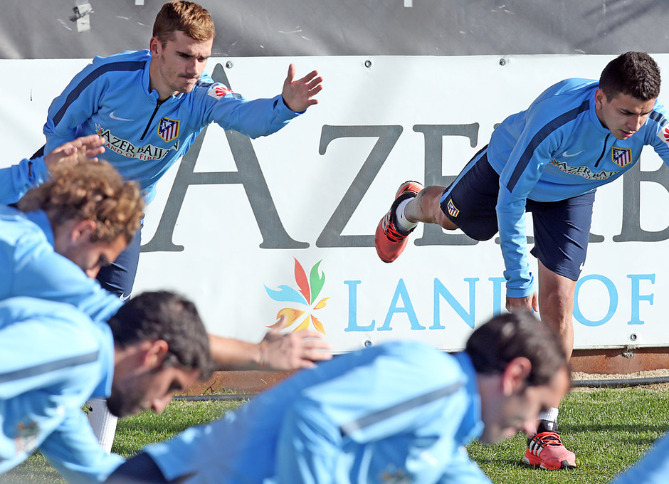temporada 14/15. Entrenamiento en la ciudad deportiva de Majadahonda. Correa y Griezmann estirando durante el entrenamiento
