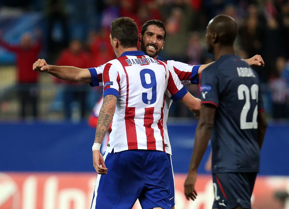 Temporada 14-15. Champions League. Atlético de Madrid-Olympiacos. Raúl García y Mandzukic se abrazan tras el gol.