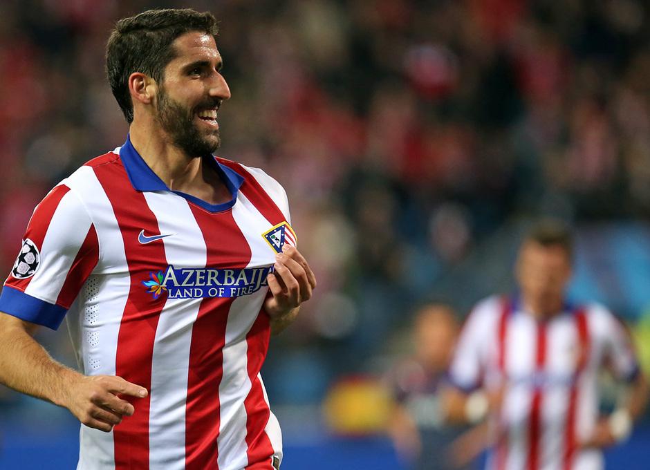 Temporada 14-15. Champions League. Atlético de Madrid-Olympiacos. Raúl García celebra su gol agarrando el escudo.