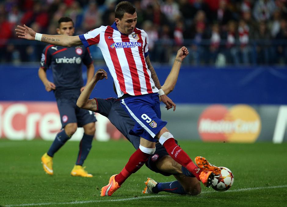 Temporada 14-15. Champions League. Atlético de Madrid-Olympiacos. Mandzukic intenta meter el pie en el área.