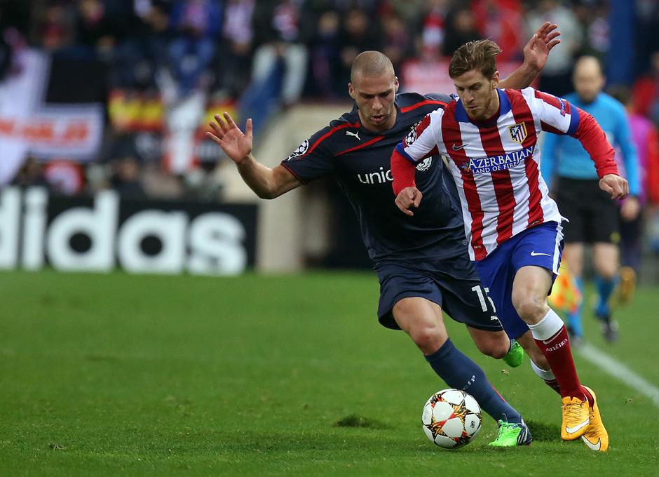 temporada 14/15. Partido Atlético de Madrid Olympiacos. Ansaldi con el balón durante el partido