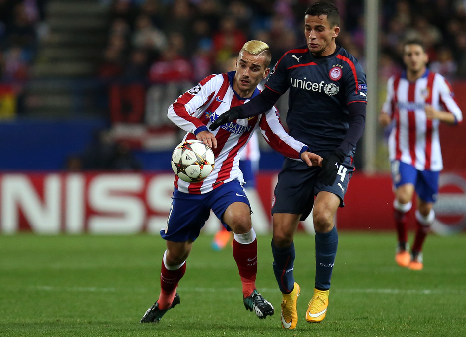temporada 14/15. Partido Atlético de Madrid Olympiacos. Griezmann luchando un balón durante el partido