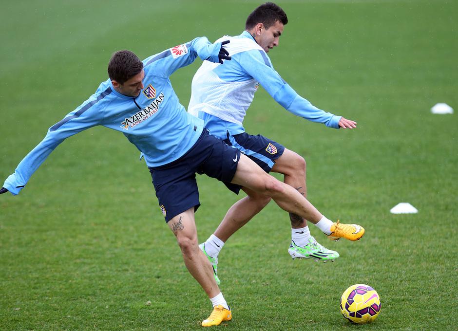 temporada 14/15. Entrenamiento en la ciudad deportiva de Majadahonda. Correa y Siqueira luchando un balón durante el entrenamiento