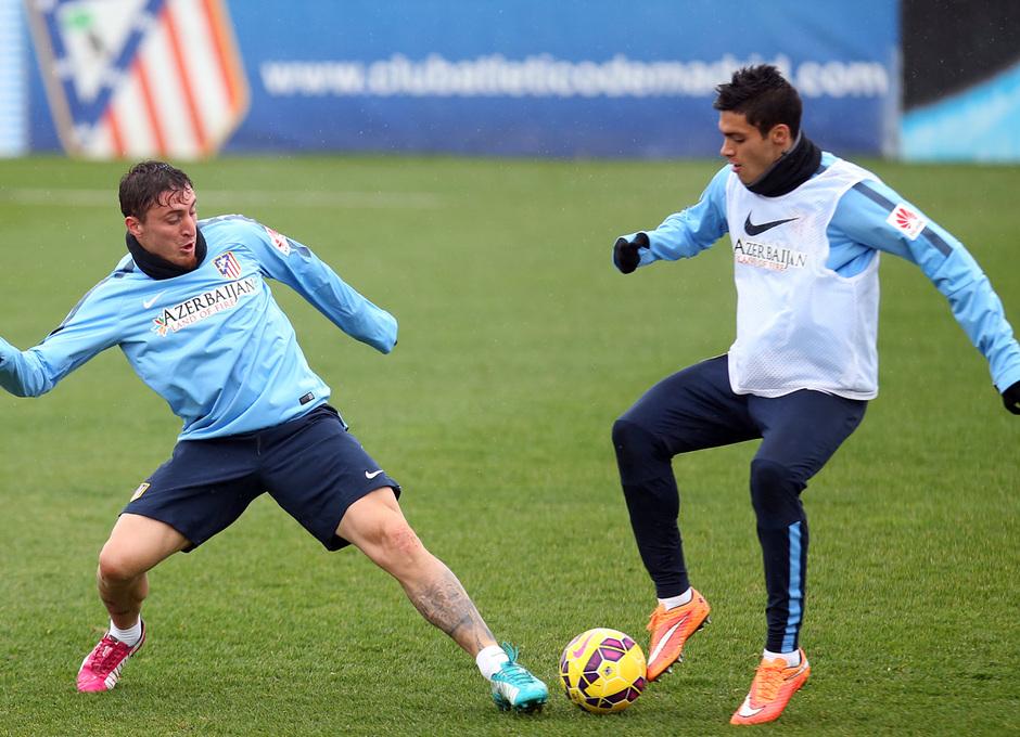 temporada 14/15. Entrenamiento en la ciudad deportiva de Majadahonda. Rodríguez y Jiménez luchando un balón durante el entrenamiento