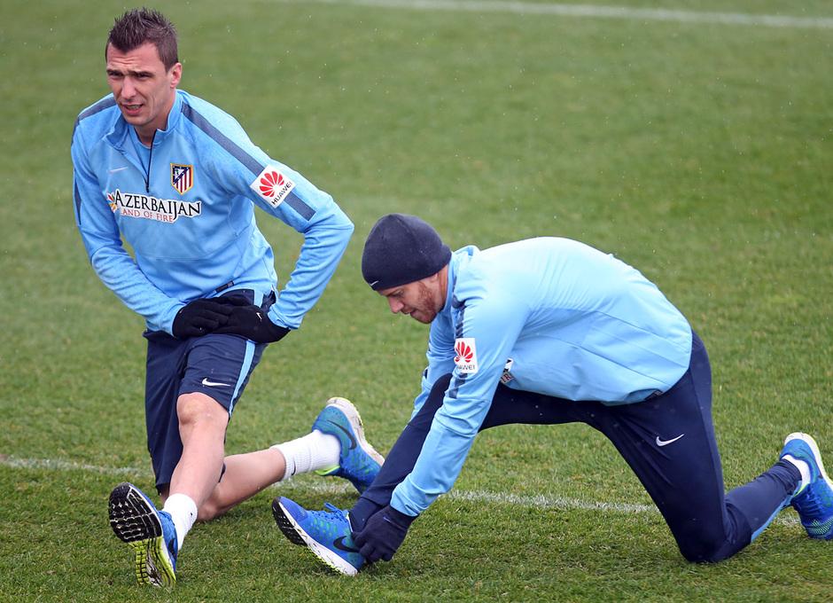 temporada 14/15. Entrenamiento en la ciudad deportiva de Majadahonda. Mandzukic y Ansaldi realizando ejercicios físicos durante el entrenamiento