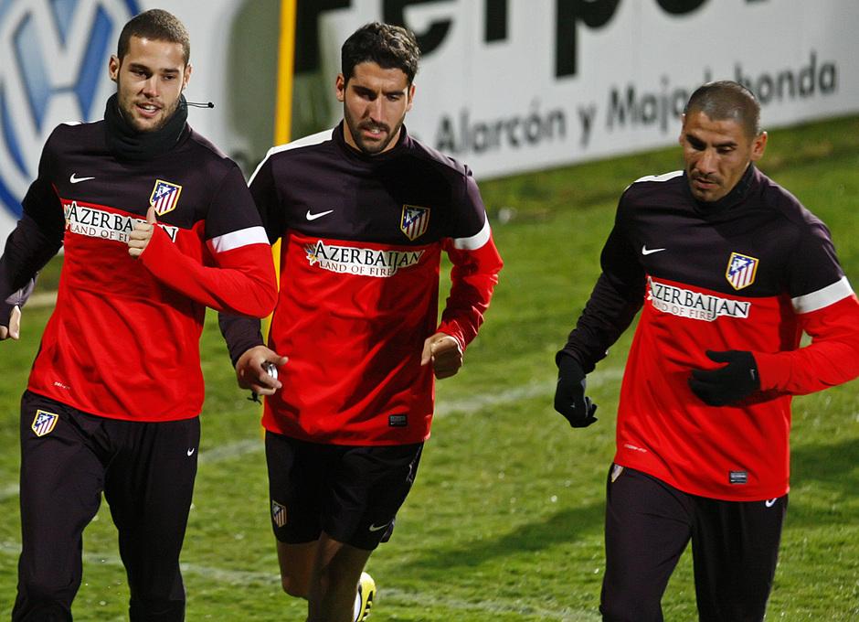 Mario Suárez, Raúl García y Cata Díaz, durante un entrenamiento en Majadahonda-