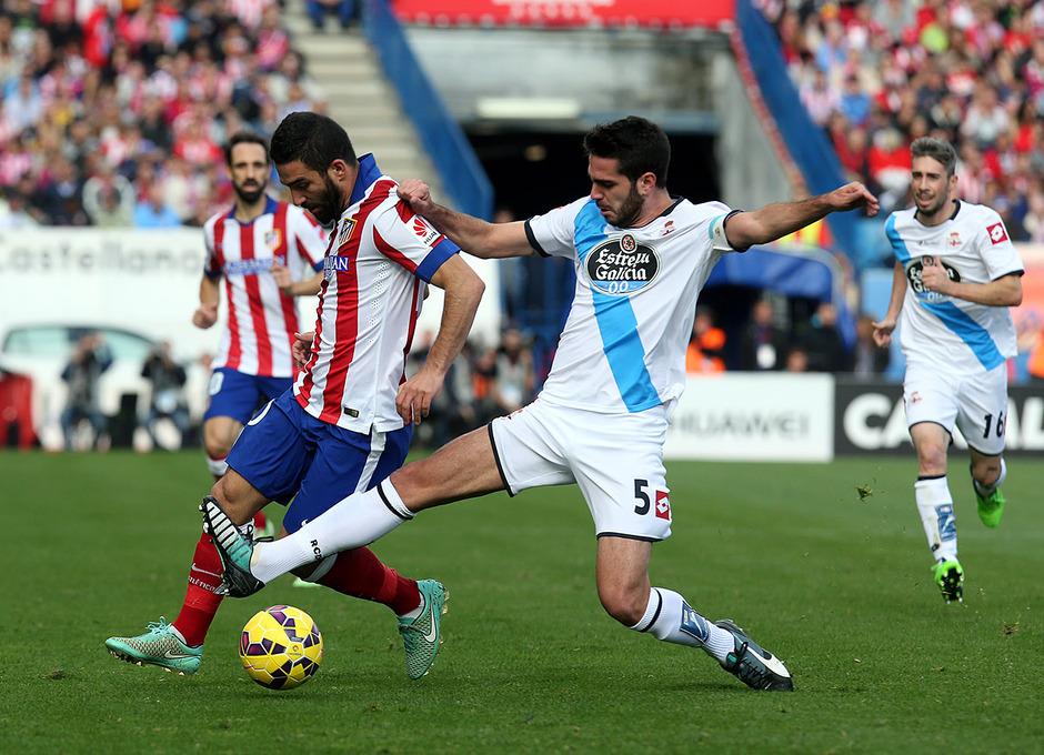 Temporada 14-15. Jornada 13. Atlético de Madrid-Deportivo. Arda controla el balón.