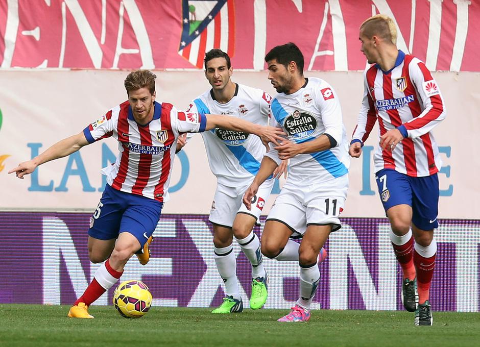 Temporada 14-15. Jornada 13. Atlético de Madrid-Deportivo. Ansaldi controla la pelota ante la mirada de Griezmann.