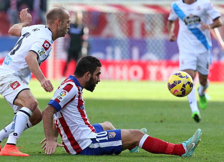 Temporada 14-15. Jornada 13. Atlético de Madrid-Deportivo. Arda controla un balón desde el suelo.