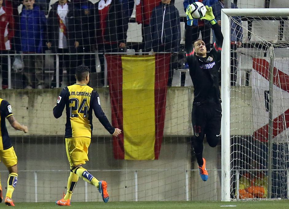 Temporada 14-15. Copa del Rey. L'Hospitalet - Atlético de Madrid. Oblak atrapa un baló aéreo.