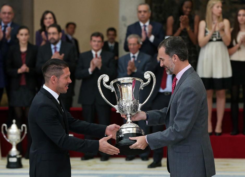 Temporada 14-15. Entrega premios Nacionales del Deporte. Simeone recibe el premio de manos del Rey Felipe VI